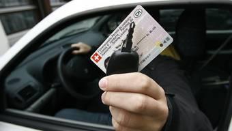 Kaum das Billett erhalten, muss es die junge Autofahrerin schon wieder abgeben