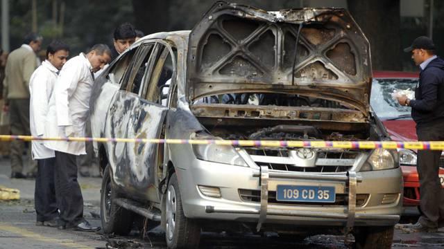 Das betroffene Auto der israelischen Vertretung in Neu-Delhi wird nach dem Anschlag unter die Lupe genommen