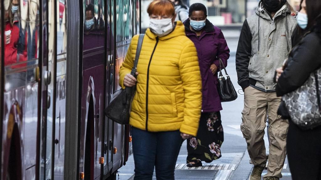 Dank der guten epidemiologischen Lage und dem Impffortschritt fällt ab Samstag in der Schweiz im Freien die Maskenpflicht. (Archivbild)