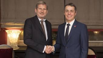 Aussenminister Ignazio Cassis trifft in Davos EU-Erweiterungskommissar Johannes Hahn. Einen Durchbruch in den Verhandlungen über das Rahmenabkommen konnte er nicht vermelden.