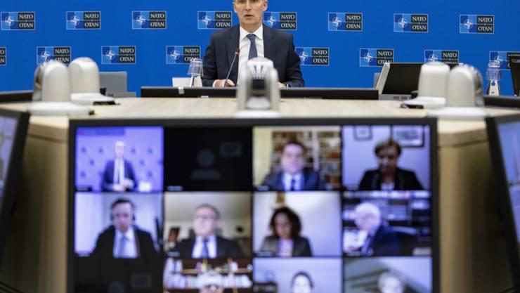 HANDOUT - Dieses von der Nato zur Verfügung gestellte Foto zeigt Jens Stoltenberg (hinten), Generalsekretär der Nato, während einer Videokonferenz. Ein Expertengremium der Nato hat rund ein Jahr nach den «Hirntod»-Äußerungen von Frankreichs Präsident Macron konkrete Vorschläge zur Stärkung der politischen Zusammenarbeit innerhalb des Bündnisses vorgelegt. Foto: -/NATO/dpa - ACHTUNG: Nur zur redaktionellen Verwendung im Zusammenhang mit der aktuellen Berichterstattung und nur mit vollständiger Nennung des vorstehenden Credits