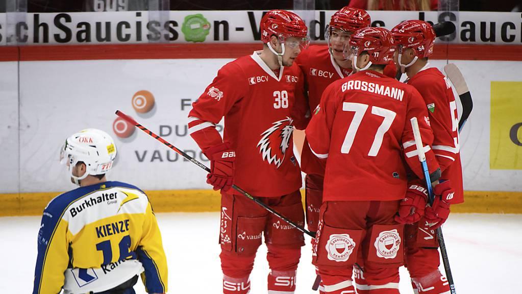 Lausanne (jubelnd in rot) hat nach dem Sieg in der Direktbegegnung viel die besseren Aussichten auf Platz 6 in der Tabelle als Davos.