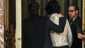 Matteo Renzi verlässt mit seiner Ehefrau Agnes die Pressekonferenz, an der er seinen Rücktritt angekündigt hat.