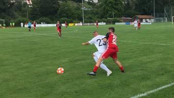 Typische Aktion fürs Match: Ein Freienbacher schirmt den Ball ab, der Klingnauer Meriton Shabani hat das Nachsehen.
