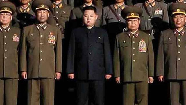 Eines der wenigen Bilder von Kim Jon Un (Mitte).