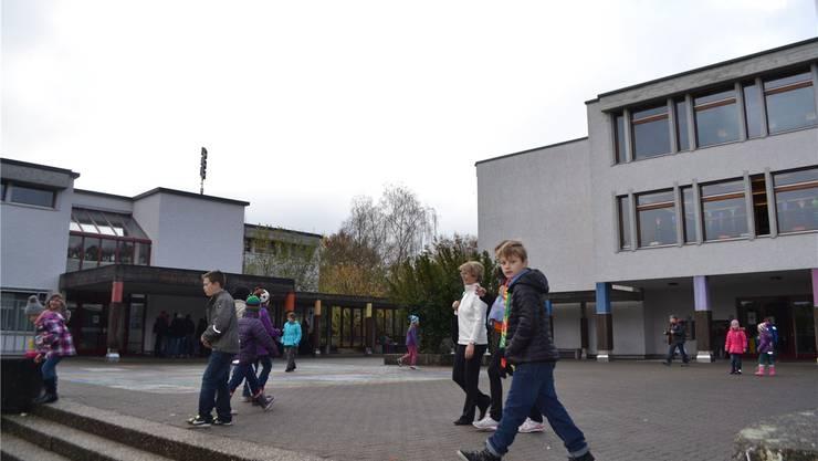 Komfortables Resultat: Vier von fünf «Gmeind»-Besuchern sagten Ja zur Feinplanung von Umbau und Teilsanierung der beiden Schulhäuser Riedmatt2 (links) und Riedmatt1 (rechts) sowie zum Neubau Riedmatt3. sl