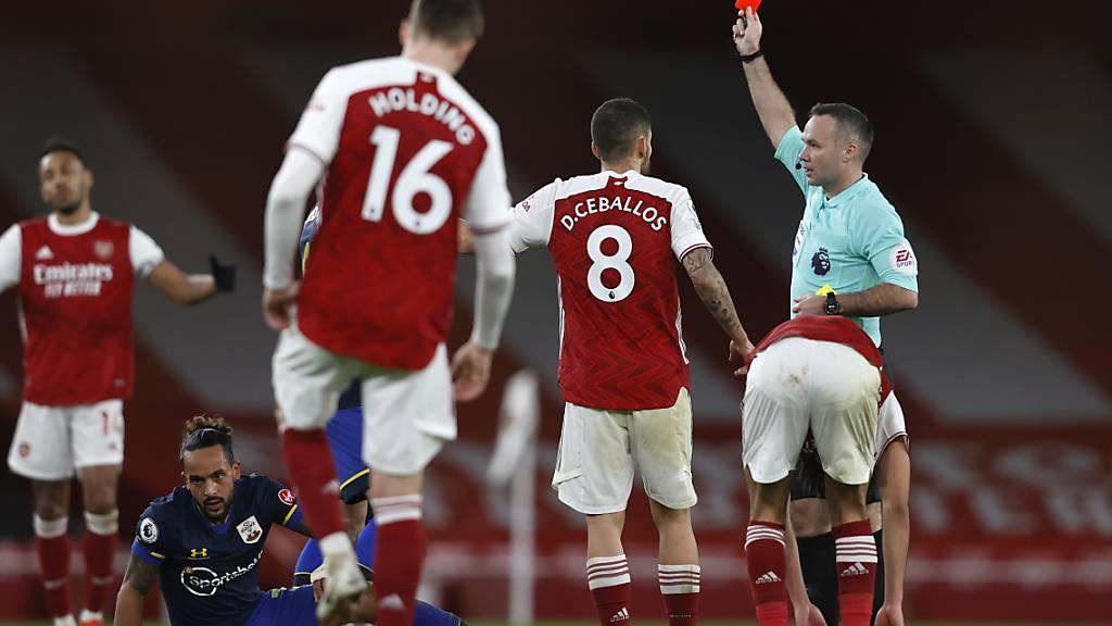 Hier wird Arsenals Verteidiger Gabriel vom Platz gestellt
