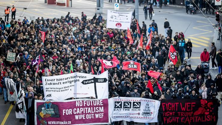 Über 1000 Personen demonstrieren in Bern gegen das WEF und Donald Trump.
