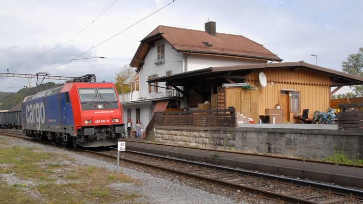 Auf der Strecke Laufenburg–Koblenz, wie hier am Bahnhof Felsenau, verkehren zurzeit nur Güterzüge und keine Personenzüge. Geht es nach den Vorstellungen von Politikern aus der Region, soll sich das ändern. Bild: Walter Schwager (30. September 2010)