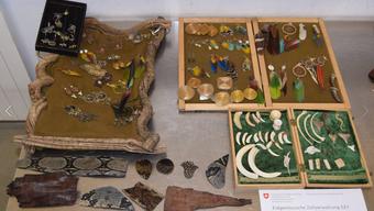 Im Gepäck hatte der Mann verschiedene Felle und Schmuckstücke mit Teilen von Tieren, die vom Aussterben bedroht und gemäss dem Washingtoner Artenschutzübereinkommen (CITES) geschützt sind.