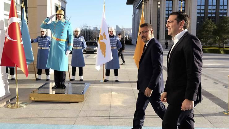 Keine grossen Ergebnisse zu erwarten: Der türkische Vizepräsident  Fuat Oktay (hinten) empfängt den griechischen Premierminister Alexis Tsipras in Ankara.