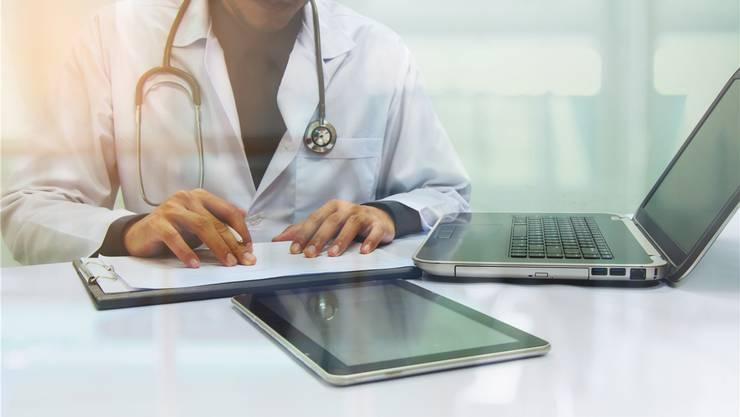 Das Patientendossier soll für Ärzte und Patienten die Abläufe vereinfachen und den Papierkrieg beseitigen. Thinkstock