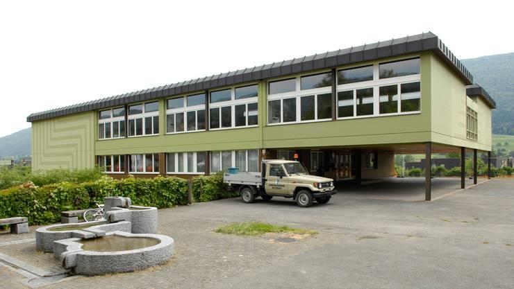Auch die beiden Schulgebäude der Kreisschule in Matzendorf erfahren Sanierungs- und Reinigungsarbeiten, so auch dasjenige an der Rehgasse 10. (Archivbild)