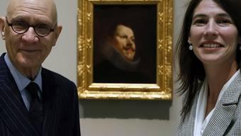 """William B. Jordan, der das Bild aufgespürt hat und Christina Simons von den American Friends of Prado Museum vor dem 'Retrato de Felipe III' (""""Porträt von Phillip III.""""), das jetzt erstmals öffentlich zu sehen ist."""