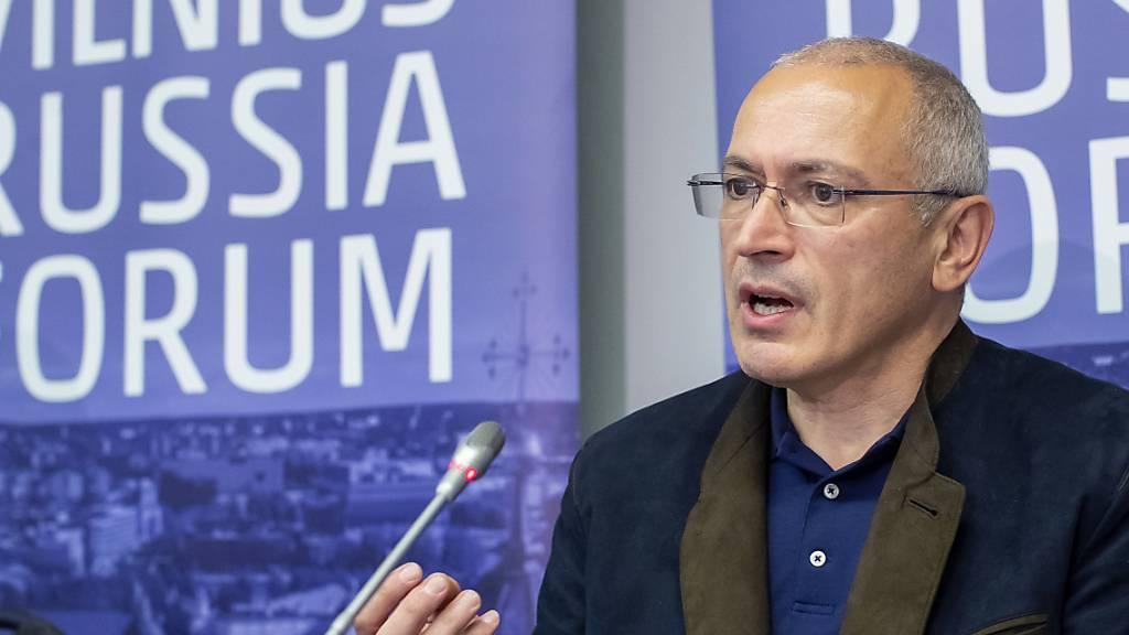 Michail Chodorkowski, Oppositioneller aus Russland und früherer Eigentümer des Ölkonzerns Yukos, spricht während einer Pressekonferenz. Kurz vor der Parlamentswahl in Russland hat Chodorkowski vor einer Fälschung der Ergebnisse gewarnt. Foto: Mindaugas Kulbis/AP/dpa
