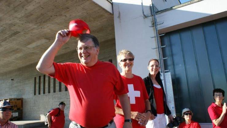 Gemeindeammann Hansueli Bühler von Stein lädt die Wanderschar am Bahnhof zum Morgenkaffee ein