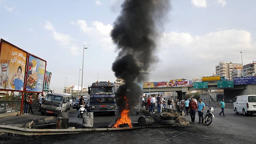 Demonstranten blockierten am Donnerstag die Autobahn südlich von Beirut mit brennenden Reifen.