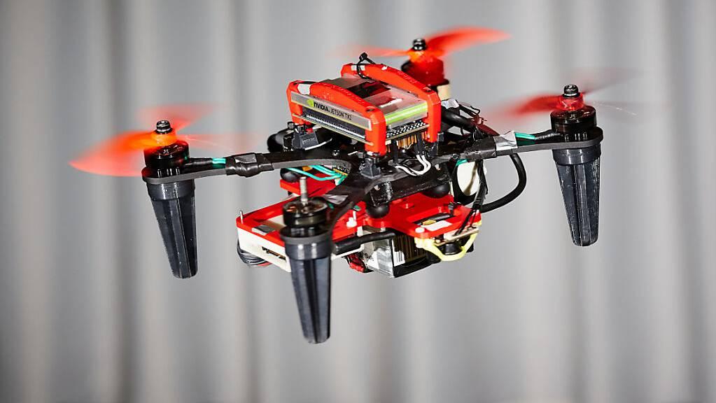 Zürcher Forschende haben einen Quadrokopter mit speziellen Kameras ausgerüstet, sodass er auch mit einem ausgefallenem Rotor weiterfliegen kann.