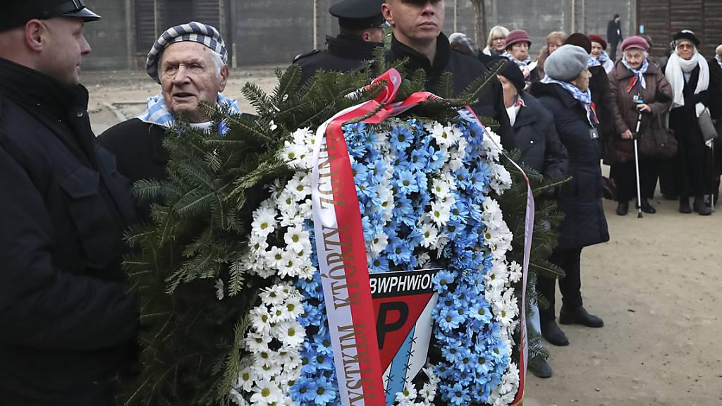 Holocaust-Überlebende legen in Auschwitz Kränze nieder