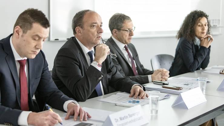 An der Medienkonferenz von links: Martin Sprenger (Strassenverkehrsamt), Landstatthalter Markus Dieth, Landammann Urs Hofmann und Staatsschreiberin Vincenza Trivigno.