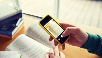 Manche Schüler fotografieren Buchseiten oder ihre Notizen mit dem Smartphone, um in der Prüfung abschreiben zu können. Die Lehrer kennen allerdings die neuen Spickmethoden. (Symbolbild)