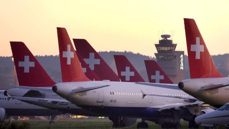 Am 2. Oktober 2001 aber blieben alle Swissair-Flugzeuge auf dem Boden. Treibstofflieferanten hatten sich geweigert, die Maschinen zu betanken – zu unwahrscheinlich schien, dass das marode Unternehmen jemals dafür bezahlen würde. Für das Fiasko verantwortlich gemacht wurde der Swissair-Verwaltungsrat, der sich mit seiner «Hunter-Strategie» völlig übernommen und mit Selbstzufriedenheit auf warnende Stimmen reagiert hatte.