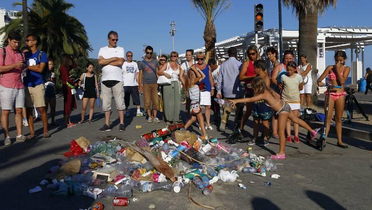 Müllhaufen als Zeichen der Verachtung für Nizza-Attentäter. Die Bilder stammen aus dem Juli 2016.