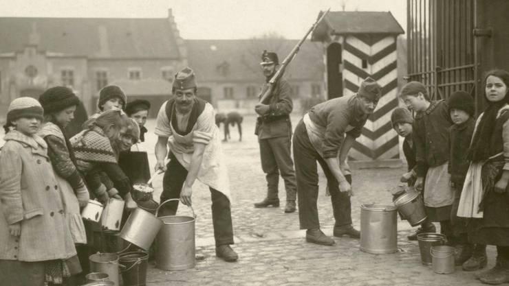 Essensausgabe bei der Kaserne, 1914. Als Stadtkanton ohne Hinterland litt Basel an Nahrungsmittelknappheit.Staatsarchiv Basel-Stadt AL 45_3_044_4