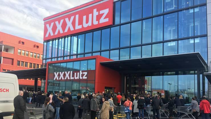 Freude bei den Kunden: Ansturm bei der Eröffnung der ersten XXXLutz-Filiale in Rothrist.