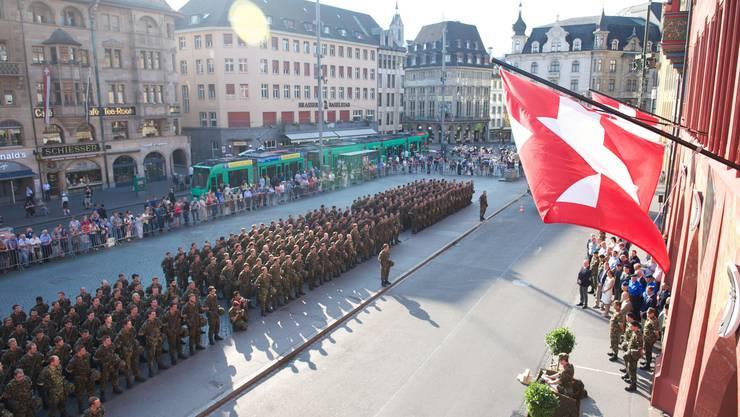 Letzte Standartenabgabe des Richtstrahlbataillons 18 auf dem Basler Marktplatz.