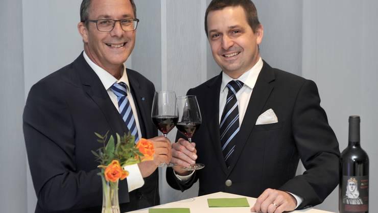 Stossen auf eine erfolgreiche Zusammenarbeit an: KSB-CEO Adrian Schmitter (links) und Daniel Strub, CEO des Spitals Muri.