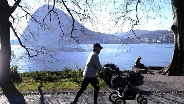Schönes Winterwetter im Tessin, im Parco Ciani in Lugano am Luganersee, mit dem San Salvatore im Hintergrund. (Archivbild)