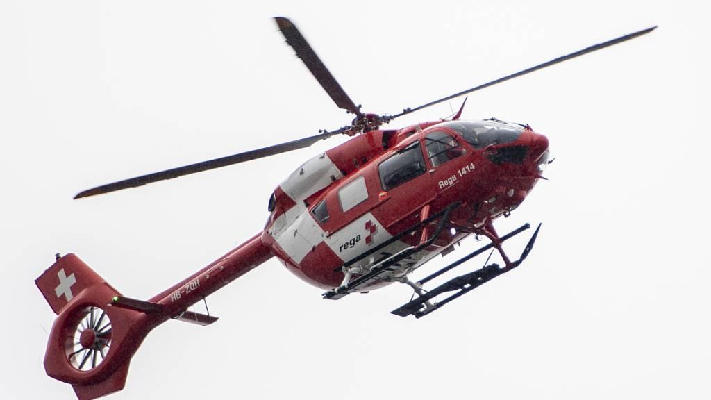 Ein Rettungshelikopter brachte einen Mann ins Spital, der in Silenen von einem Baum gestürzt war. (Symbolbild)