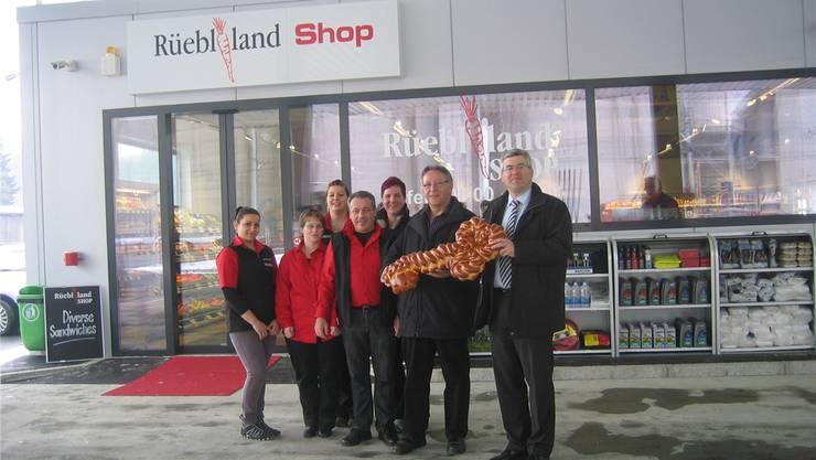 Martin Gautschi, Geschäftsleiter Voegtlin-Meyer AG, Josef Bucher, Geschäftsführer Landi Maiengrün (von rechts), links davon Filialleiter Godi Hanselmann mit seinen Mitarbeiterinnen.