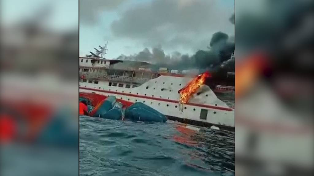 Feuer auf Fähre: Passagiere retten sich mit Sprung ins Meer