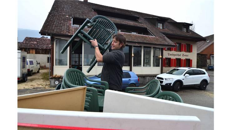 Jonathan Bucher, Sozialarbeiter, aus Matzendorf kaufte gleich alle Gartenstühle des Gasthofes und stattet damit den geplanten Jugendraum aus.