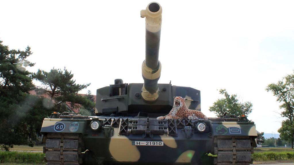 Ein aus Deutschland zu Ausbildungszwecken an die 25. Schützenbrigade der ungarischen Armee gelieferter Panzer des Typs Leopard 2 A4 steht auf dem Kasernengelände. Foto: Gregor Mayer/dpa