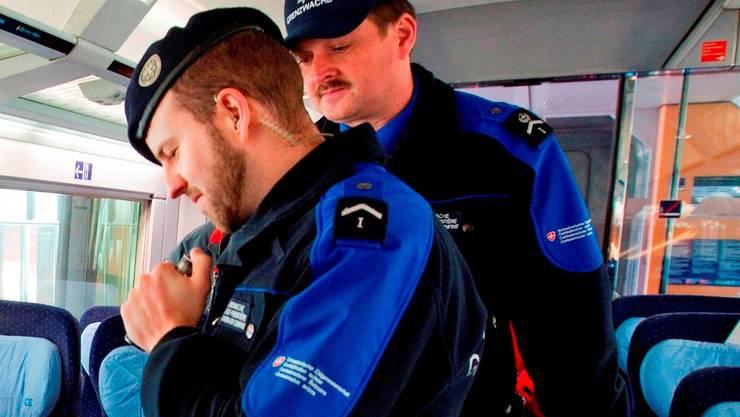 Schweizer Grenzwächter kontrollieren Zugpassagiere (Symbolbild)