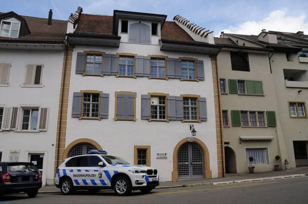 Eine Privatperson brachte den Knallkörper zum Polizeiposten im historischen Städtchen.