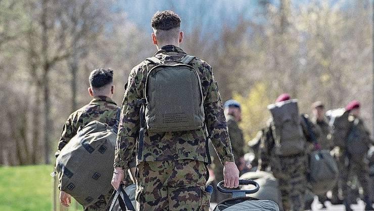 Armeeangehörige mit Sack und Pack. (Symbolbild)