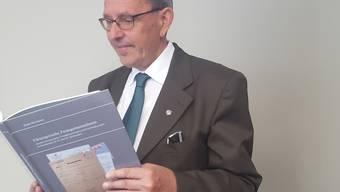 Ein Blick in die Geschichte Graubündens: Regierungsrat Martin Jäger mit der neuen Studie über fürsorgerische Zwangsmassnahmen.