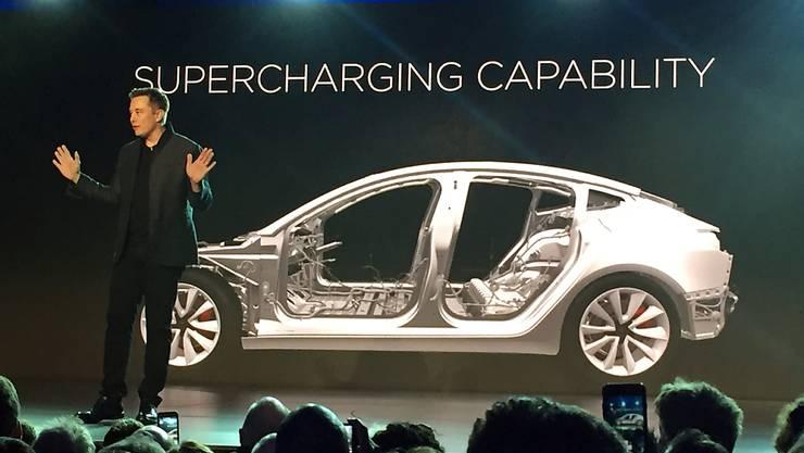 Tesla-Chef Elon Musk kündigt den Ausbau der Produktion des neuen Elektroauto-Modells an. (Archivbild)
