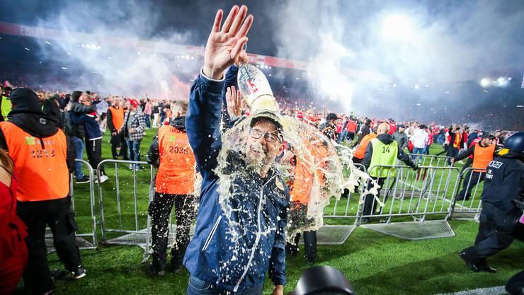 Bierdusche für den Erfolgstrainer: Der Zürcher Urs Fischer steigt mit Union Berlin in die Bundesliga auf.