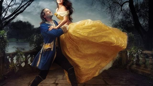 """Penelope Cruz und Jeff Bridges spielen für die Fotografin Leibovitz eine Szene aus """"Die Schöne und das Biest"""" (Bild: Disney Park)"""