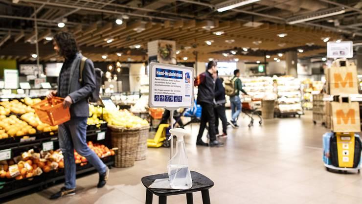 Um genügend Abstand zu gewähren, sollen die Ladenöffnungszeiten auf sieben Tage die Woche ausgedehnt werden. (Symbolbild)