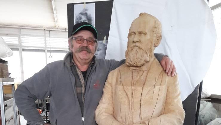 Der Wohler Hanspeter Vock mit der von ihm geschaffenen Skulptur des Schweizer Politikers und Eisenbahnpioniers Alfred Escher.
