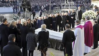 Angehörige von Johnny Hallyday stehen vor der Madeleine-Kirche in Paris um den Sarg des verstorbenen Sängers.