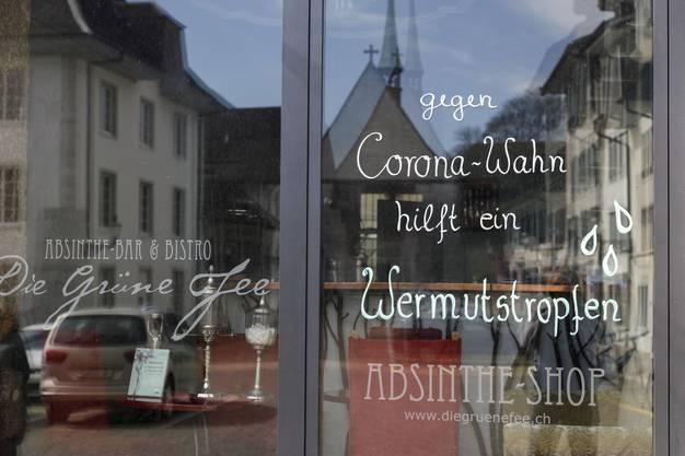 Die Geschäfte machen mit unterschiedlichen Affichen auf die Schliessung aufmerksam