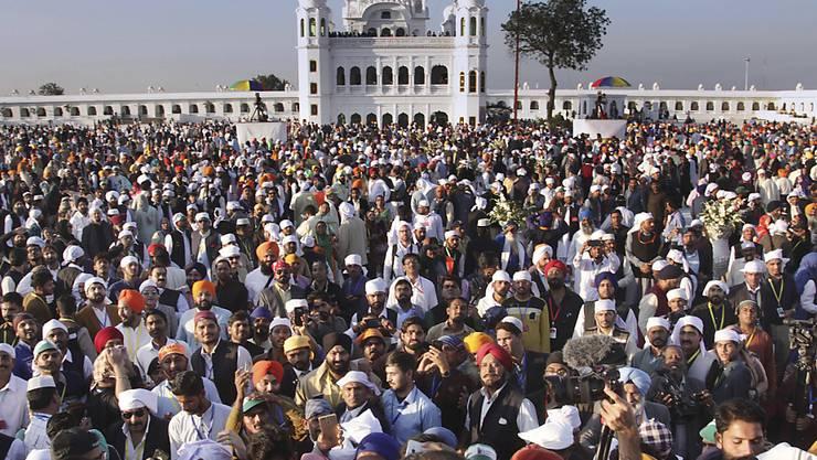 Tausende Sikh-Pilger aus Indien konnten erstmals seit Jahrzehnten in Pakistan den Schrein ihres Religionsgründers besuchen.