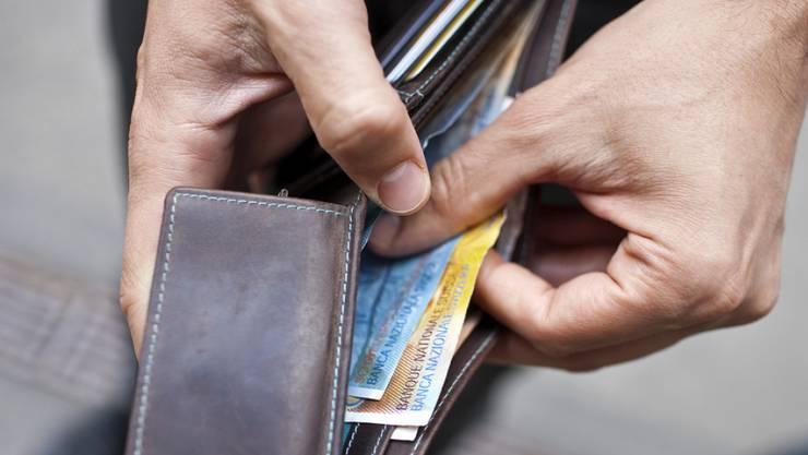 Die 10 Prozent der Arbeitnehmenden mit den tiefsten Löhnen verdienten weniger als 4313 Franken pro Monat, während die am besten bezahlten 10 Prozent einen Lohn von über 11'406 Franken erhielten.